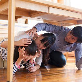 地震発生時に「机の下に隠れる」は正しいか