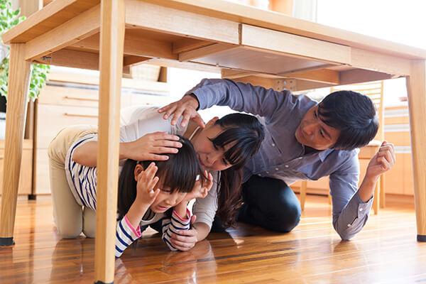 地震が来たら「机の下に隠れる」のは本当に正しいか?